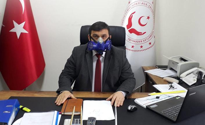 Müdür virüsten korunmak için oksijen maskesi taktı
