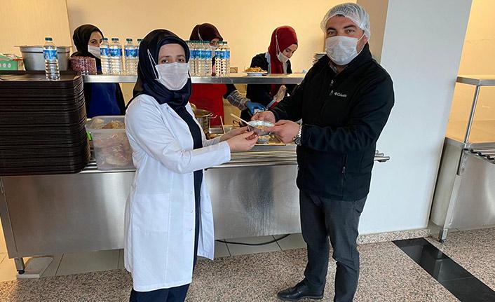 Sağlıkçılara pestil dağıttılar