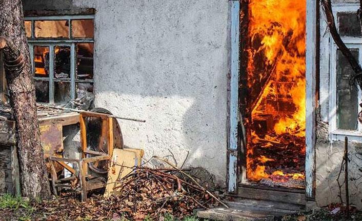 Yangına müdahale eden İtfaiyeci akıma kapıldı
