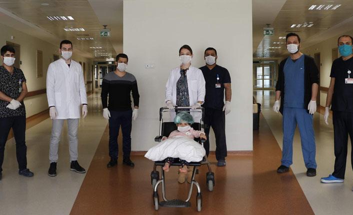Sağlıkçıları alkışlar balkondan düştü