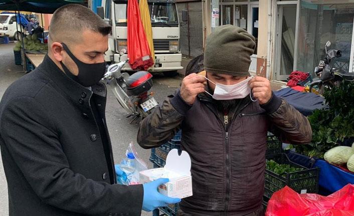 Belediye pazar yerinde maske dağıttı