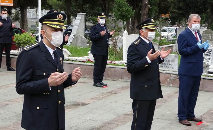 Şehitlikte koronaya karşı sosyal mesafe korunarak tören düzenlendi