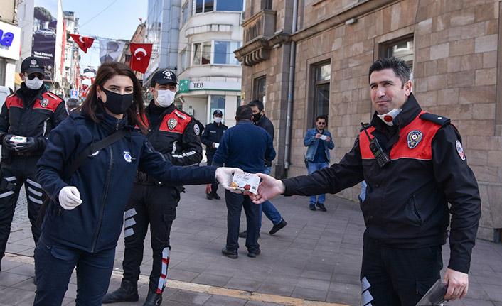 Görev başındaki polislere kandil simidi