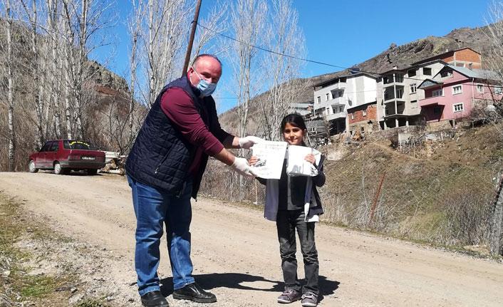 Köy okulunun öğretmenleri öğrencilerini yalnız bırakmadı