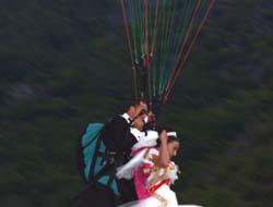 Düğüne yamaç paraşütü ile gitti