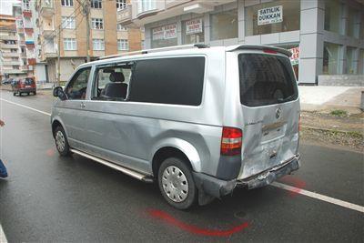 Çayeli'nde park halindeki minibüse çarptı.
