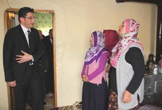 Vali Hakyemez Şehit ailesini ziyaret etti