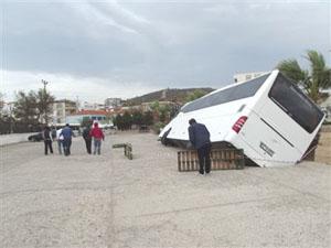 Tur otobüsünün ağırlığı yolu çöktürdü