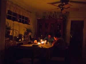 Kasırga sebebiyle elektrikler kesilince...