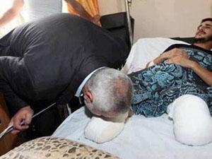 Başbakan yaralı vatandaşı ayağından öptü