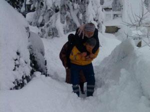 Kar nedeniyle hastayı sırtında taşıdı !