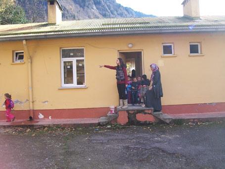 Okul olmayınca sağlık ocağına taşındılar!