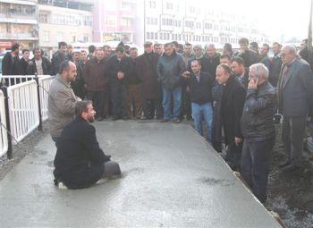 Eylem yapan imam, beton harca girdi