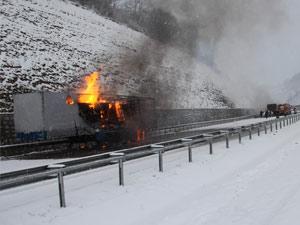 Buzda kayarak çarpışan 4 araç yandı !