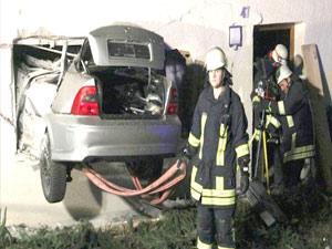 Otomobil 15 metre uçarak oturma odasına girdi