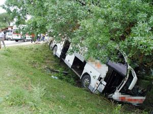 Yolcu otobüsü şarampolde asılı kaldı