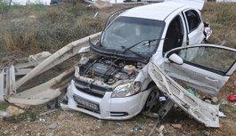 Otomobil bariyerlere saplandı: 5 yaralı