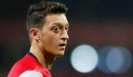 Mesut Özil, hocası Steve Bould'a su şişesi...