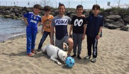 Trabzonsporlu oyuncu sahilde top oynayan çocukları...
