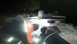 Trabzon'da otomobil dereye devrildi
