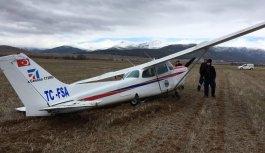Eğitim uçağı tarlaya zorunlu indi
