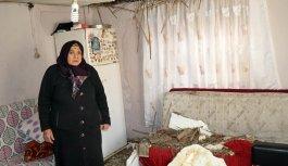 Çatısı çöken evde yaşam mücadelesi veriyor