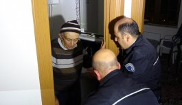 Tuvalette mahsur kalan yaşlı adamı polis kurtardı