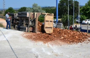 Trabzon plakalı kamyon şarampole devrildi
