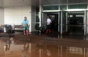 Yağmur yağdı hastaneyi su bastı