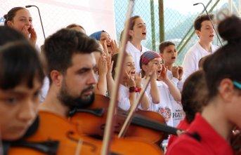 Hayratlı ve Kadıköylü çocuklardan birlikte konser