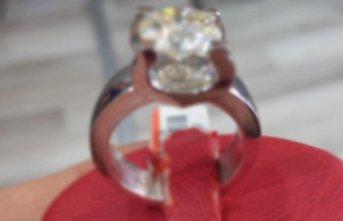 Yüzüğü yutarak çaldı