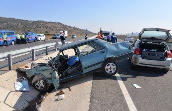 İzmir'de iki otomobil çarpıştı: 2 ölü, 2...