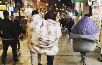Soğuğa tepki için sokakta yorganla dolaştılar