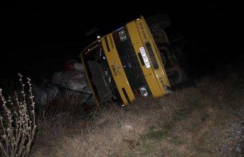 Yoldan çıkan kamyon şarampole devrildi