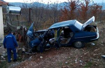 Otomobil bahçe duvarına çarptı! ölü ve yaralılar...