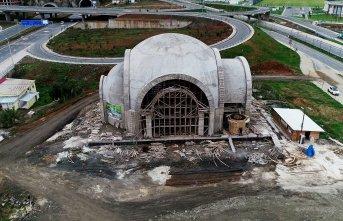 Trabzon'da yapılan camiye yol yok geçit var!