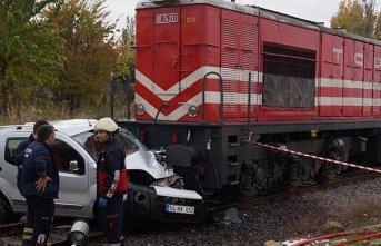 Otomobil, yolcu trenin altında kaldı