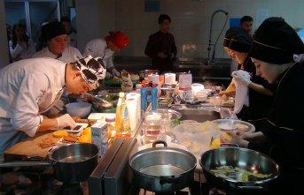 9 ilin öğrencileri en güzel yöresel yemeği yapmak...