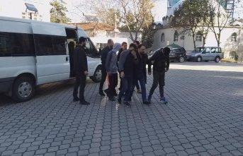 Gözaltındaki arkadaşları için adliyeye gittiler!...