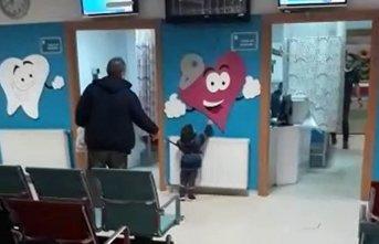 Hastaneye çocuklarını güvenlik kemeriyle getirdiler!