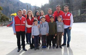 Türk Kızılayı'ndan öğrencilere hediye paketleri