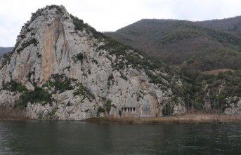Samsun'da 2 bin 300 yıllık kaya mezarları...