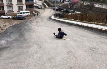 Çocuklar asfaltı eğlenceye çevirdi