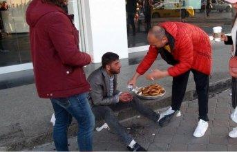 Taksim'de hayrete düşüren dilencilik yöntemi