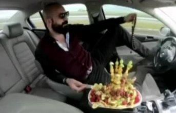 Ayağıyla direksiyon çevirip meyve yiyen magandanın...