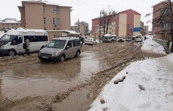 Yüksekova'da yollar göle döndü