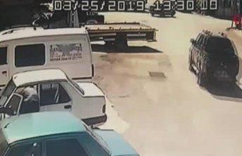 Motosikletle kamyonetin altına girdi, kılpayı kurtuldu
