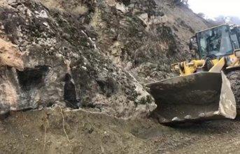Dev kaya parçası yolu ulaşıma kapadı!