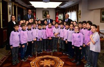 Minik Öğrencilerden Vali Ustaoğlu'na Ziyaret
