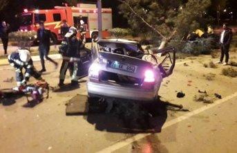 Takla atan otomobil ağaçları devirdi: 2 ölü,...